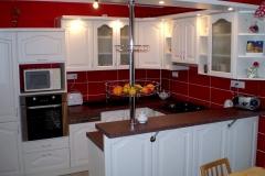 Rustikální kuchyně v červené a bílé barvě